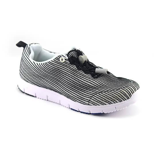 נעל ספורט בד משולב שחור-לבן.